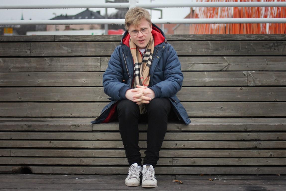 Axel må ty til hjelp fra sjekkeintruktøren Espen Korsvik for å lære seg å snakke med jenter på byen. (Foto: Frid K. Hansen)