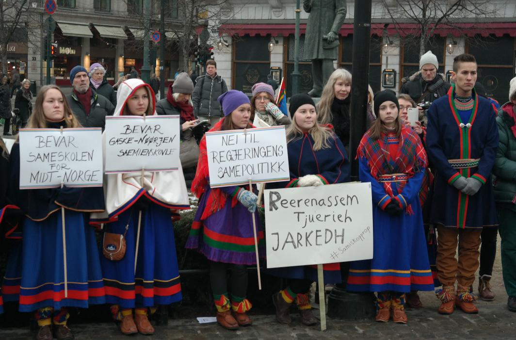 16. desember 2015 demonstrerte Fransisca Kappfjell Herbst (23) foran Stortinget sammen med andre unge samer. (Foto: Benjamin A. Thomas)