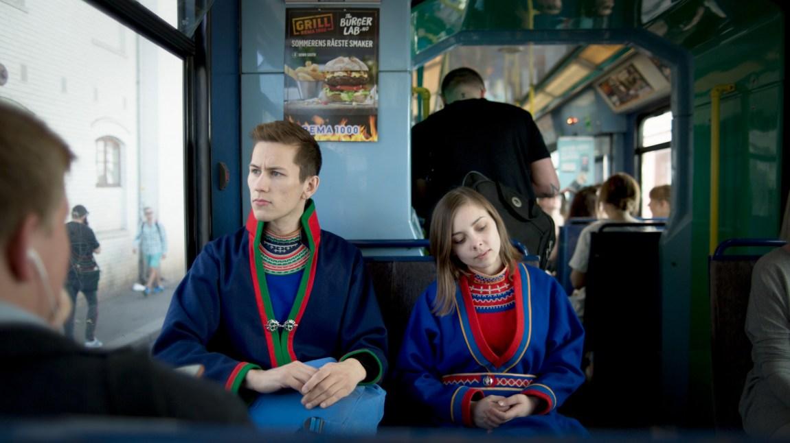 Ole Henrik Lifjell (21) og Fransisca Kappfjell Herbst (23) er på vei til kunnskapsminister Torbjørn Røe Isaksen. De håper på gode nyheter, men frykter det verste. (Foto: Andreas Leonardsen)