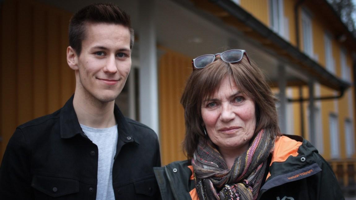 Ole Henrik Lifjell (21) har tatt turen tilbake til skolen, og der traff han sin gamle samisklærer Tove Brustad. (Foto: Frid K. Hansen)