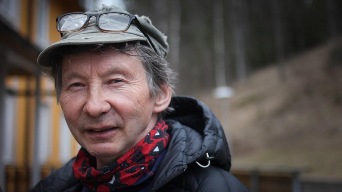 Tom Kappfjell var en av de første elevene på sameskolen i Hattfjelldal, som opprinnelig hadde som formål å utdanne og fornorske samebarn: − Vi fikk ikke lov til å snakke samisk da jeg gikk her. (Foto: Frid K. Hansen)