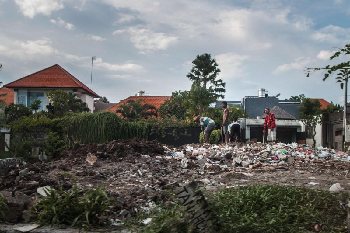 Langs alle veier ligger det plastikkposer og plastikkflasker, og søppel brennes utenfor husene. Foreløpig har ikke Bali et system for å bli kvitt dette avfallet på en bærekraftig måte. (Foto: Andrea A. Thiis-Evensen)