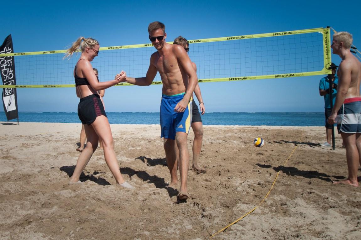 Opplegget på Bali kombinerer sol, strand, fest og studier. Men spørsmålet er om Martine klarer å stå på eksamen, når lesingen må vike for en runde volleyball ... (Foto: Andrea A. Thiis-Evensen)
