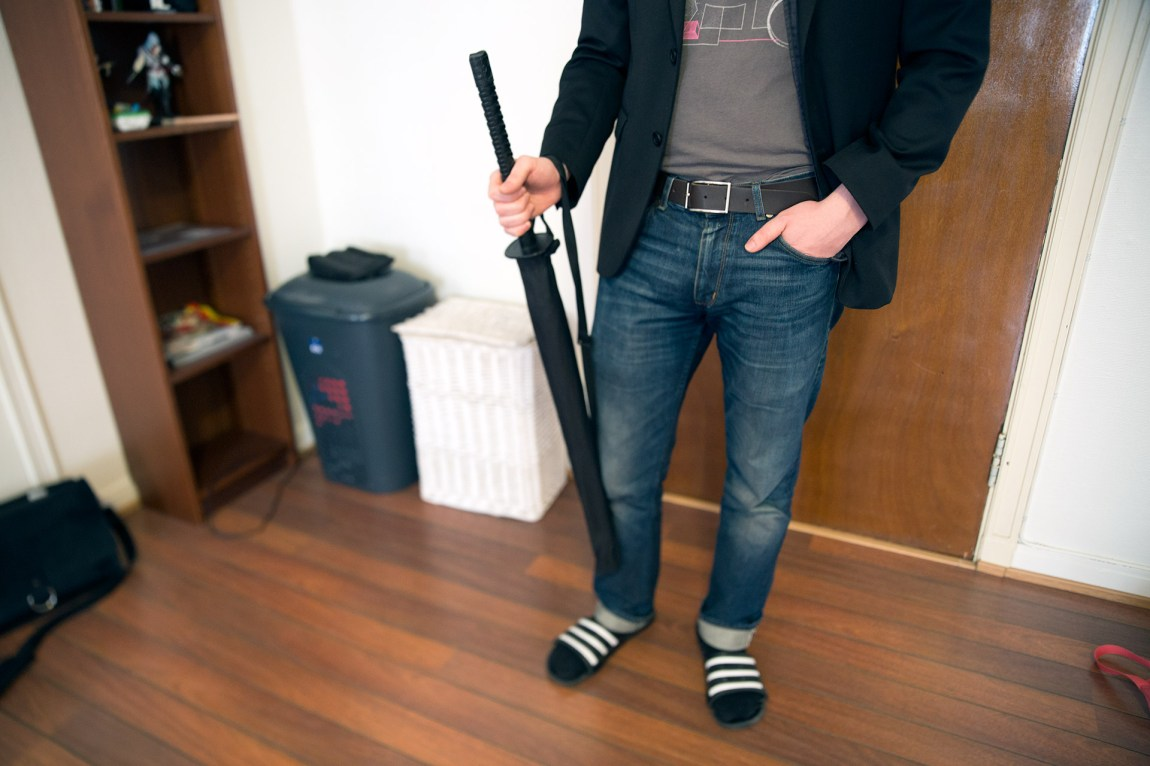 – Når man har et håndtak designet for kamp på liv og død, er ikke en nordavind så ille. sier Bård. Paraplyen er den beste han har hatt. Foto: Anne Dorte Lunås