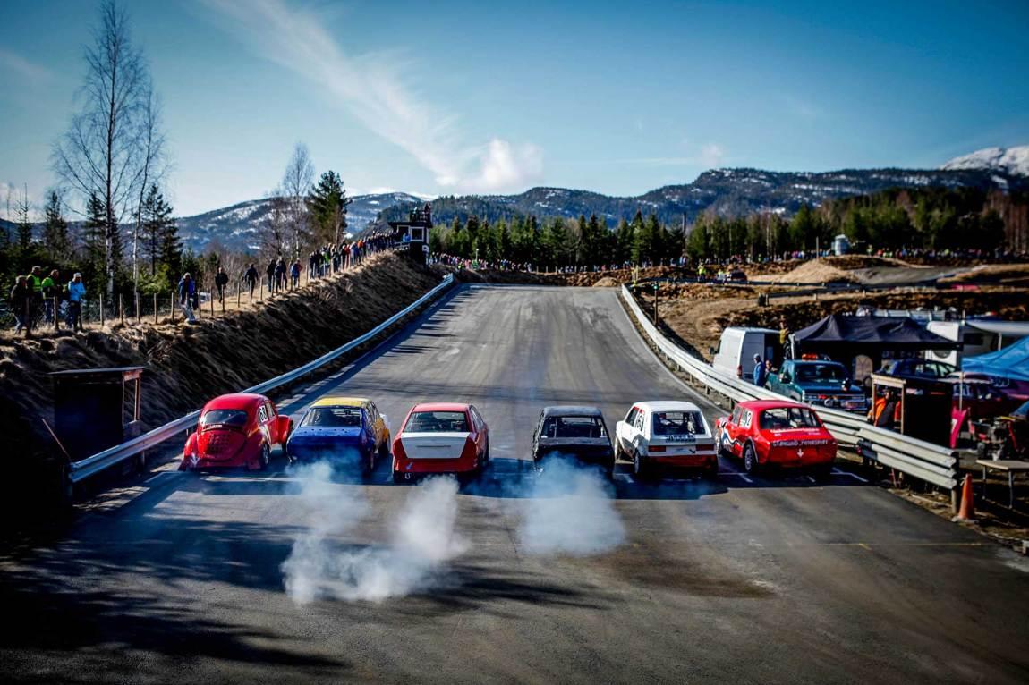 En håndfull biler er klare til start. Det er rekordmange deltakere på Roppecrossen i år - 78 stykker.