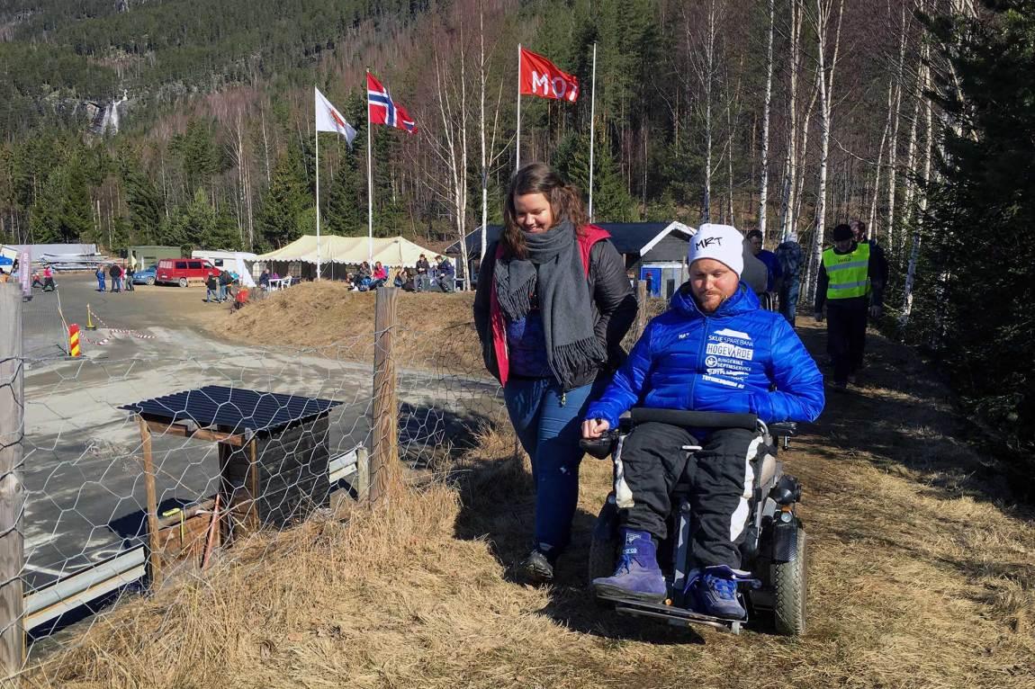 Denne løpsdagen har Mats fått besøk av en ivrig tilskuer - og hun har reist helt fra Drammen.