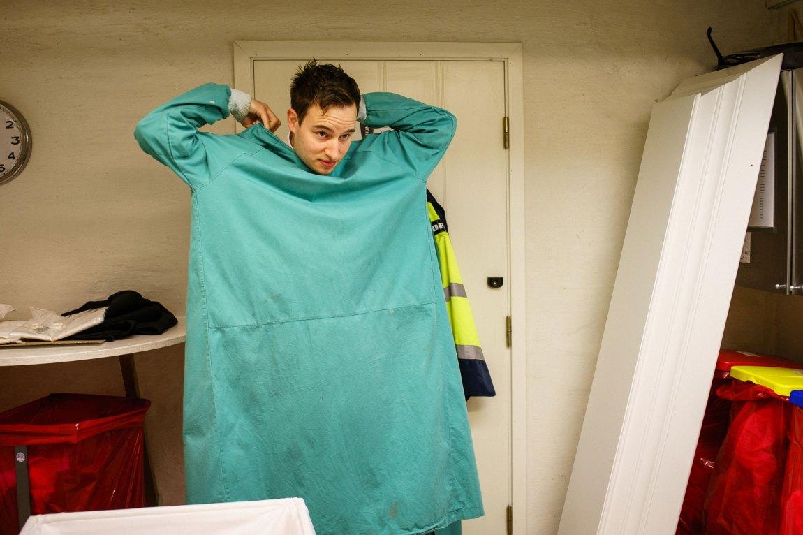 Hans Magnus tar på seg denne grønne kjortelen når han håndterer lik.