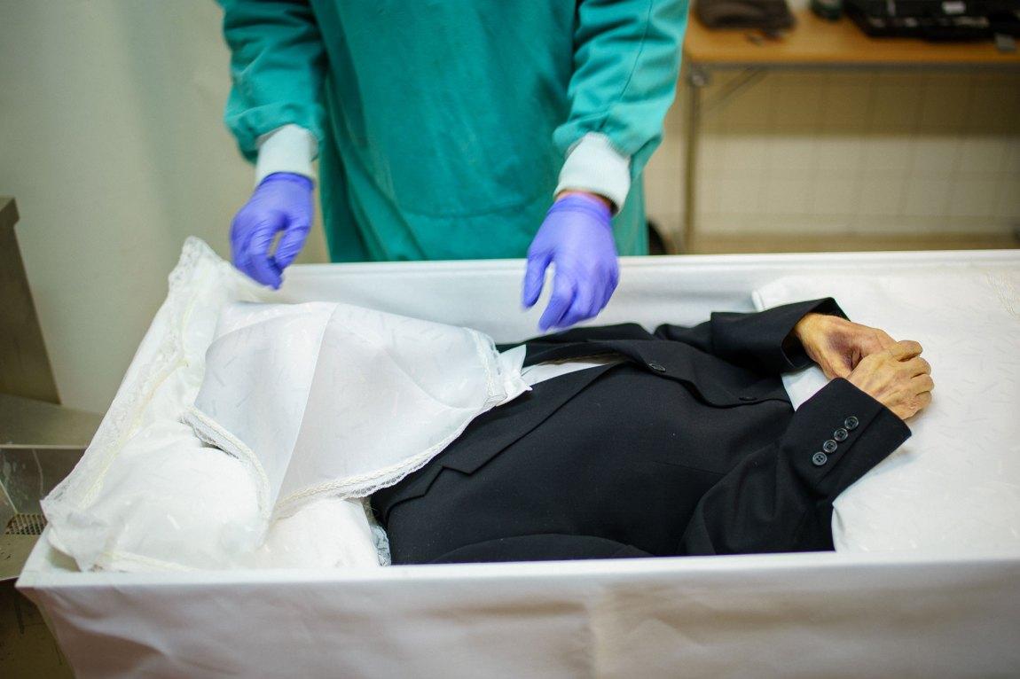 Helt til slutt legges det en ansiktsduk over fjeset til den døde. Historisk ble dette gjort for å sjekke at den døde ikke pustet lenger. I dag har det blitt tradisjon.