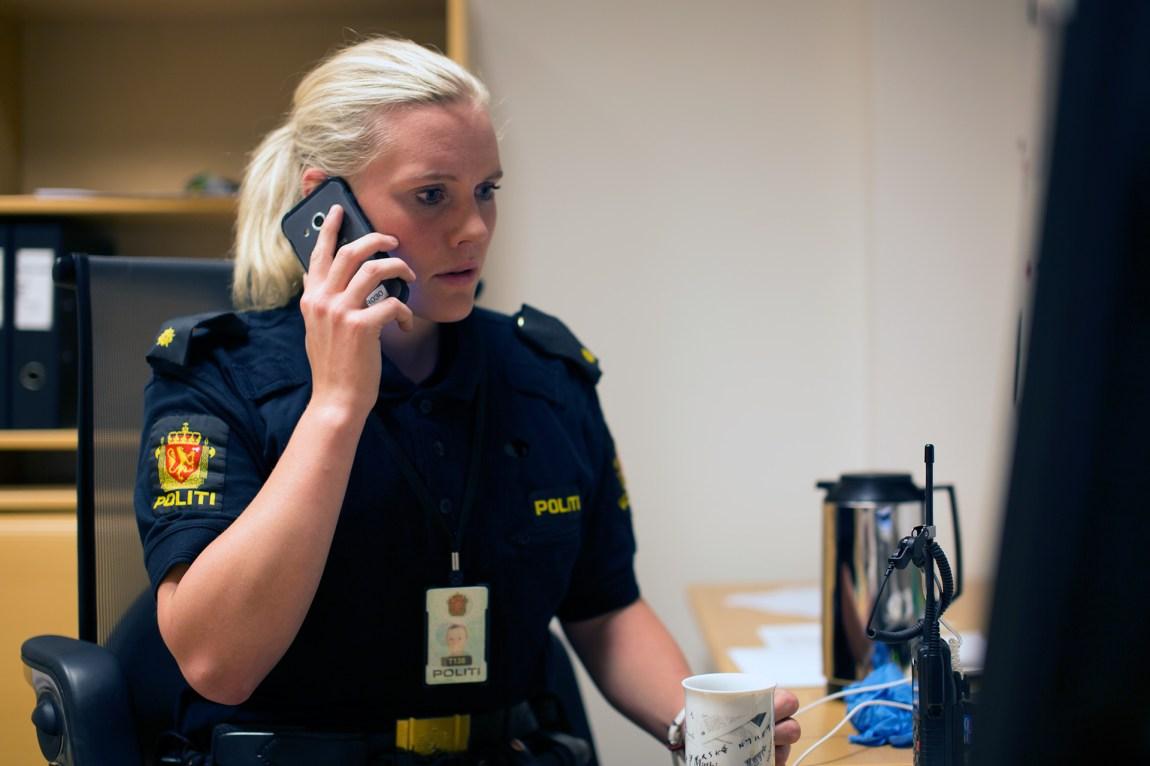 Det er faktisk action på jobb i Svelgen også, konstaterer Marit. Som ansatt på lensmannskontoret får hun mye ansvar. Ofte er hun første og eneste patrulje på utrykning. Foto: Nora Brønseth, NRK P3