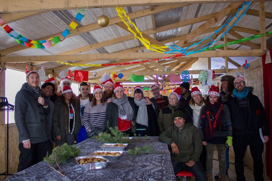 Frivillige og hjelparar frå leiren samla for eit gruppebilete før dørene opnar og det er klart for julefeiring i Nea Kavala. Foto: Siri Bråtveit