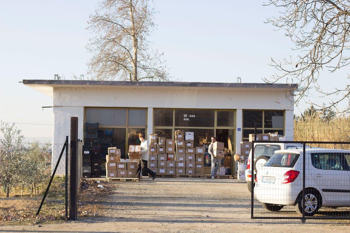 Mykje av tida til dei frivillige går med til sortering av donerte klede. Her blir pappøskjer med vinterklede gjort klar til å fraktast til Athen. Foto: Siri Bråtveit