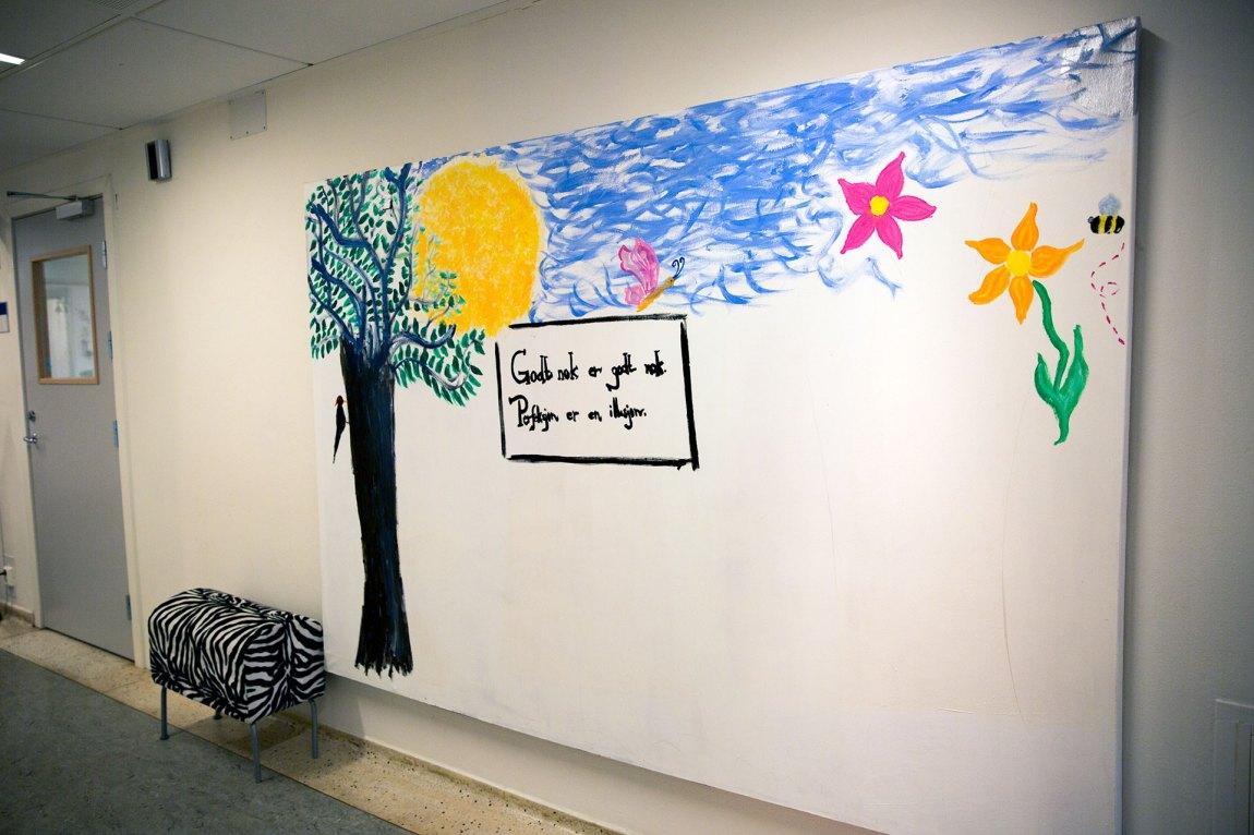 «Godt nok er godt nok. Perfeksjon er en illusjon», har noen skrevet på den hvite veggen hos RASP. En innleggelse på denne avdelingen varer ofte i mange måneder. Foto: Line Orfjell, NRK P3