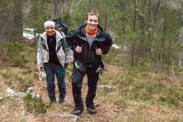 Kjæresteparet drar ofte på tur sammen, men de synes fortsatt det er nervepirrende å se den andre hoppe. – Man blir alltid litt bekymra når noen man er veldig glad i kaster seg utfor et stup, sier Anders. Foto: Martin Aas, NRK P3