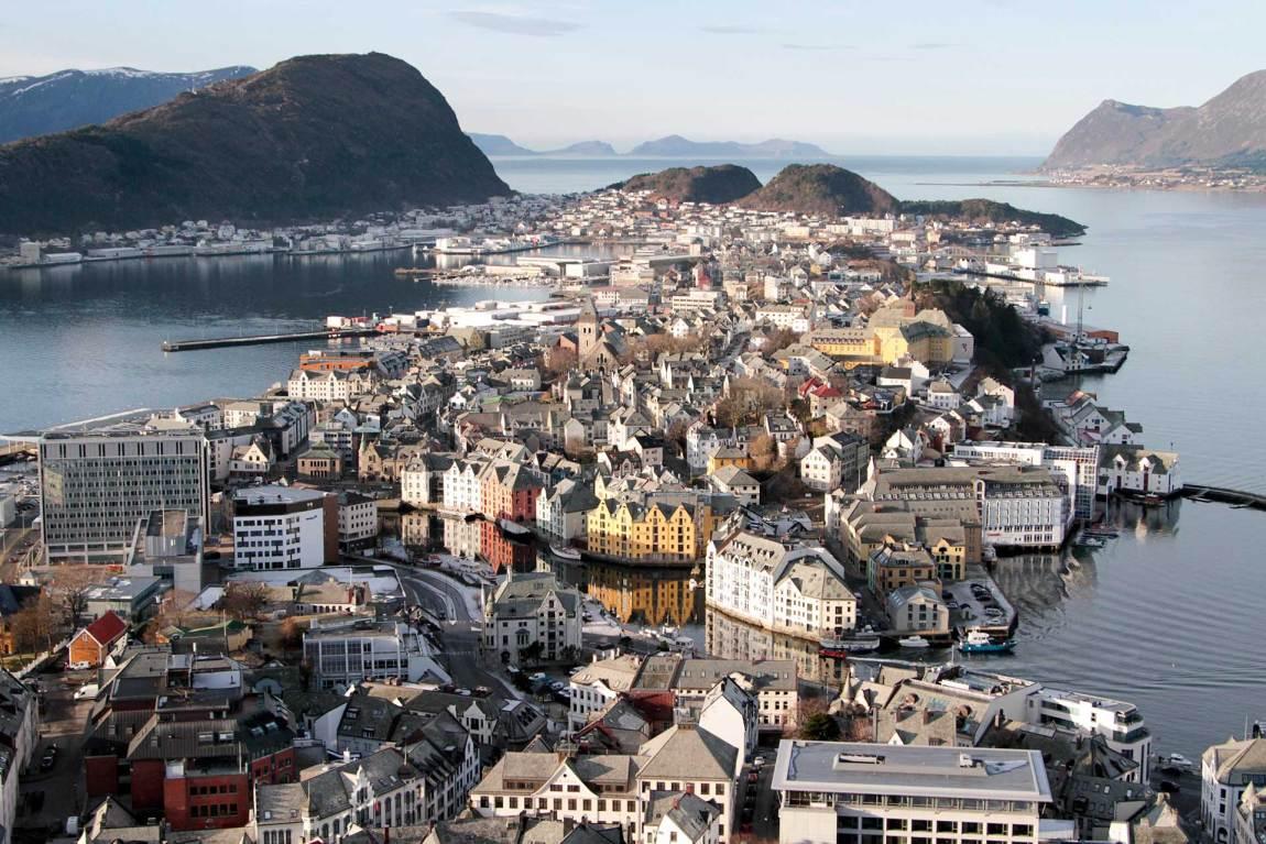 Også i Norges kanskje vakreste by, Ålesund, skjuler det seg mange spillskjebner. Foto: Webjørn S. Espeland, NRK P3