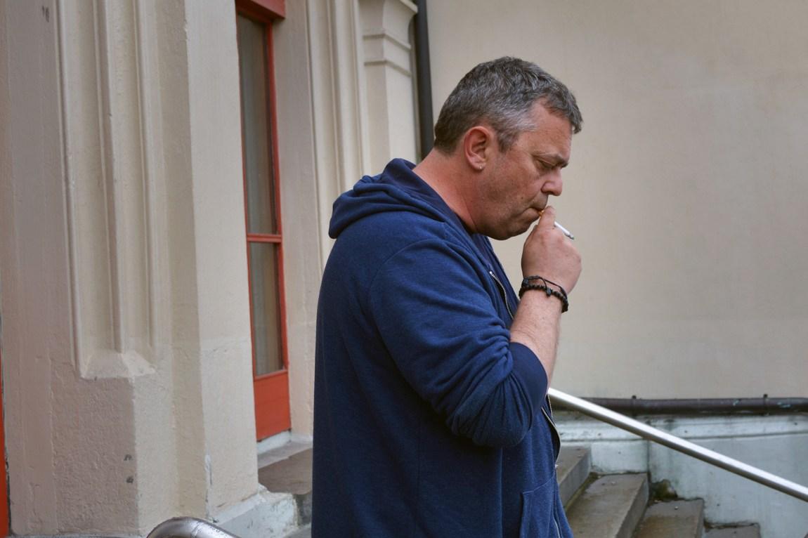 Trond Henriksen har levd et ekstremt liv. Det var ikke mange som hadde trodd at han skulle ende opp som forfatter: I fjor debuterte han med «Ingen murer er for høye». Foto: Ola Solheim