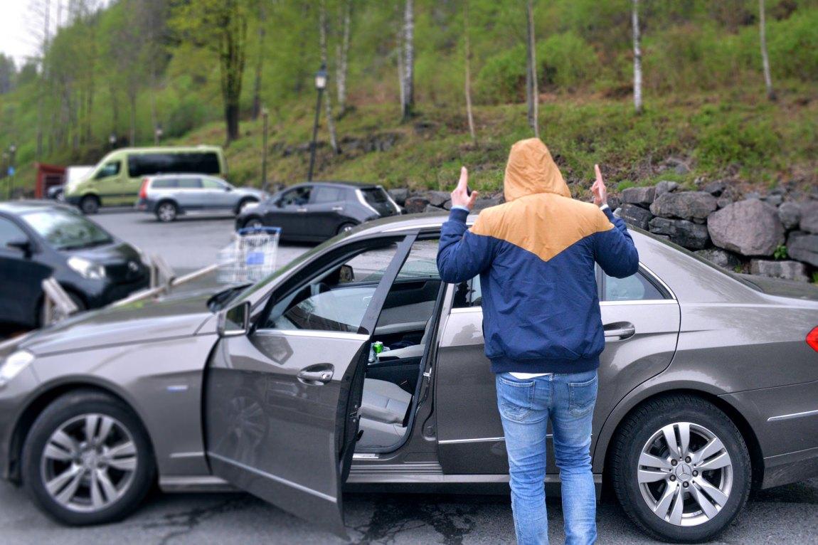 I bilen skimter man en ølboks. Preben havnet fort tilbake i sine gamle fotspor. Foto: Ola Solheim