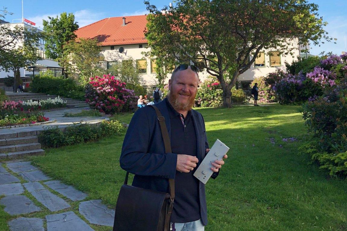 NRK-journalist På Kristian Lindseth tror ikke at hvalen ble begravet. Foto: Webjørn S. Espeland, NRK P3