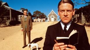 Garry McDonald (Mr. Neal) og Kenneth Branagh (Mr. Neville) i Rabbit-Proof Fence (Foto: Norsk Filmdistribusjon).