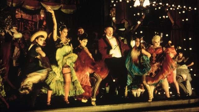 Full fest på scenen i Moulin Rouge! (Foto: SF Norge)