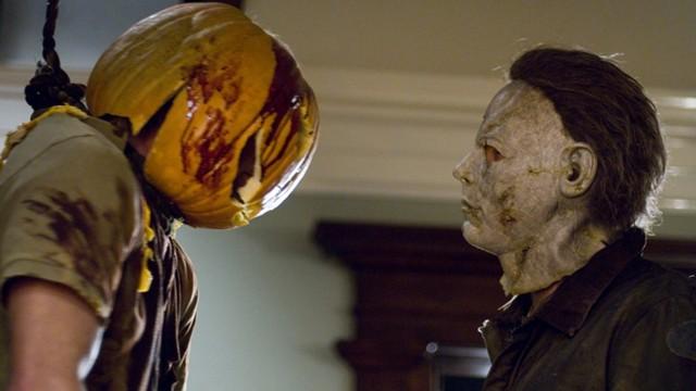Michael Myers og offer i remaken av Halloween. (Foto: Nordisk Film Distribusjon AS)