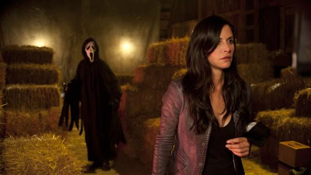 Ghostface og Courtney Cox Arquette i Scream 4. (Foto: Scanbox)
