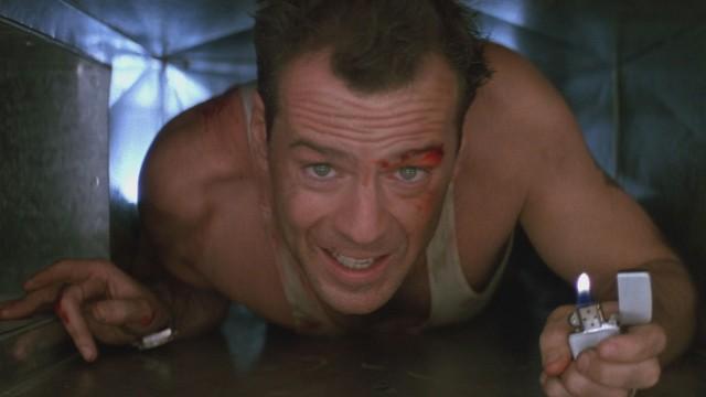 Bruce Willis i beklemt situasjon i Die Hard. (Foto: SF Norge)