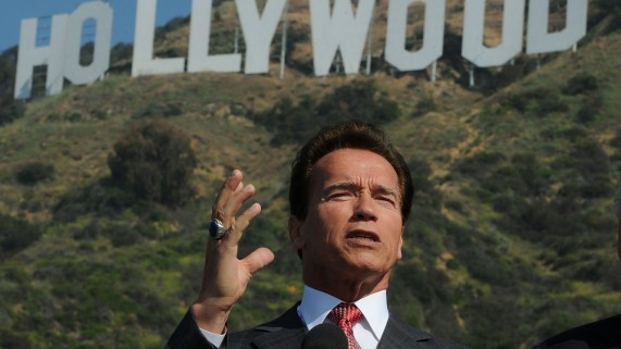 Arnold Schwarzenegger foran det berømte Hollywood-skiltet. (Foto: AFP PHOTO/Mark RALSTON)