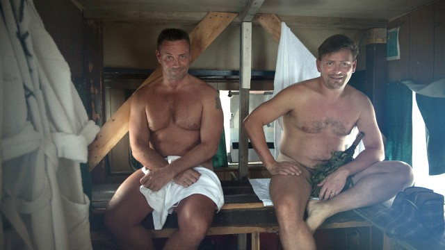 Kari Tenhunen og Mikko Rissanen inne i saunacampingvogna. (Foto:Ingun A. Mæhlum / TIFF)