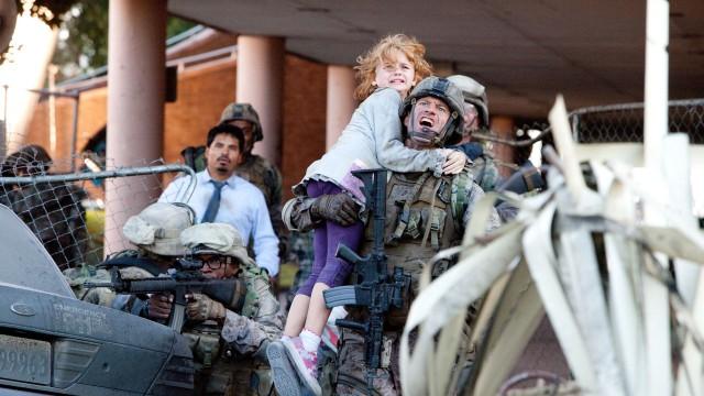 Aaron Eckhart redder søt unge i World Invasion: Battle Los Angeles (Foto: Walt Disney Studios Motion Pictures Norway).
