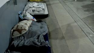 Madrassene ligger klar til noen timer søvn mellom slagene. (Foto: Silje Strømmen, NRK P3)
