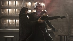 Paul Bettany (t.v.) i en actionscene fra Priest (Foto: The Walt Disney Company Nordic).