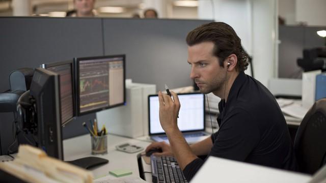 Bradley Cooper går fra blakk tulling til steinrik supermann etter å ha funnet pillen som løser alle problemer. (Foto: Lionsgate)