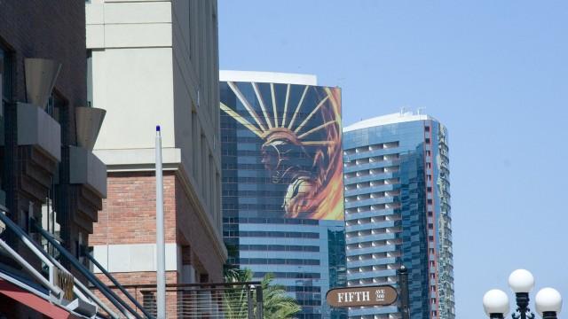 Hvilken garantert barske og blodige film er det du ser på skyskraperen i midten? (Foto: NRK)