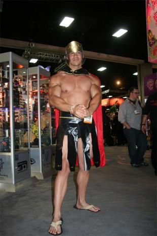 En av de ytterst få mannlige utkledde som viste mer hud enn kostyme. (Foto: NRK)
