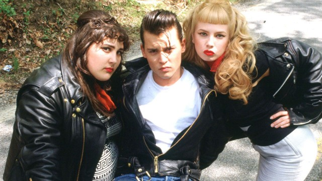 Johnny Depp flankeres av Ricki Lake og Traci Lords i Cry-baby (Foto: Universal Pictures Norway AS).