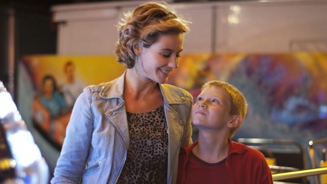 Cécile de France og Thomas Doret i et lykkelig øyeblikk i Gutten med sykkelen (Foto: Arthaus).
