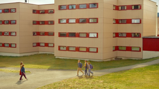 Kalde hus, varme mennesker i Sønner av Norge (Foto: Friland / Norsk Filmdistribusjon).