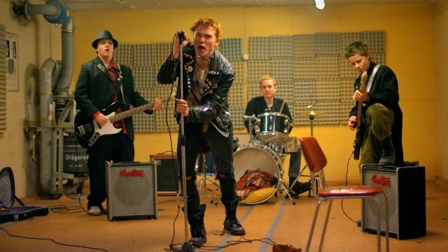 Gutta starter pønkeband i Sønner av Norge (Foto: Friland / Norsk Filmdistribusjon).