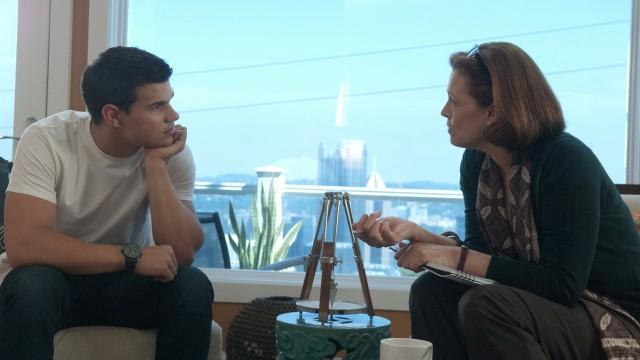 Jacob og Ripley? Seriøst? Taylor Lautner og Sigourney Weaver i Abduction (Foto: Nordisk FIlm Distribusjon AS).