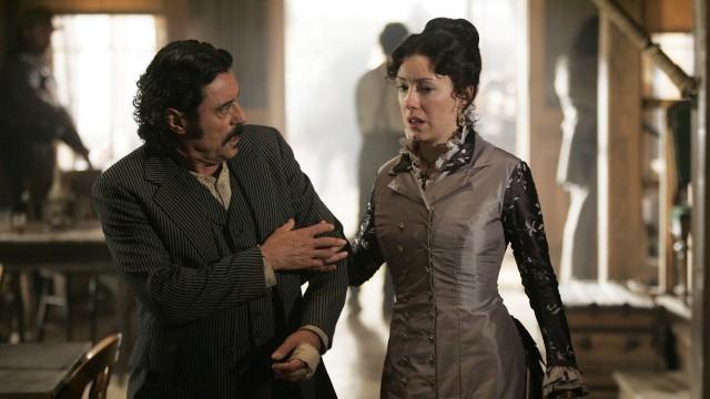 Ian McShane som Swearengen og Molly Parker som Alma Garret i Deadwood (Foto: Paramount Home Entertainment).
