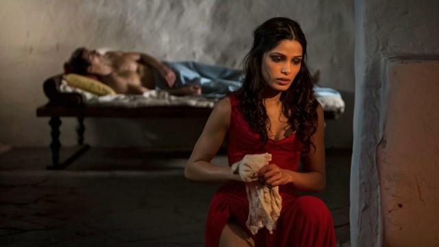 Freida Pinto som jomfruorakel i Immortals (Foto: Nordisk Film Distribusjon AS).