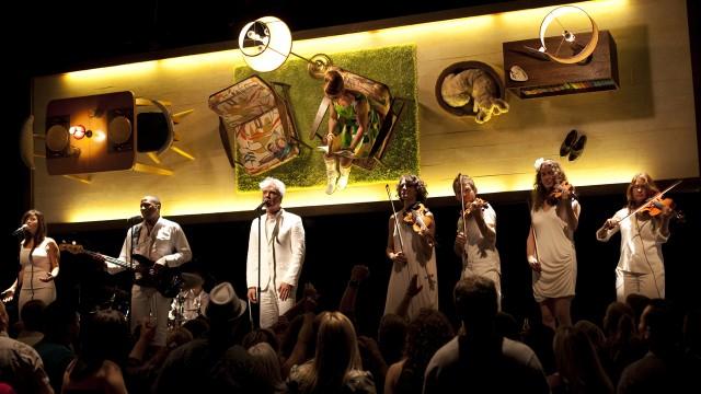 David Byrne fremfører tittellåta i This Must Be The Place (Foto: Norsk Filmdistribusjon).