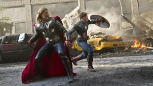 Chris Hemsworth og Chris Evans stormer frem i The Avengers (Foto: The Walt Disney Company Nordic).