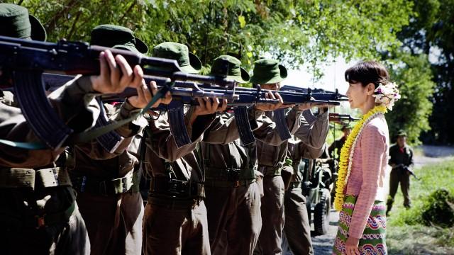 Michelle Yeoh spiller den burmesiske aktivisten Aung San Suu Kyi i The Lady (Foto: Scanbox).