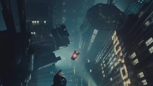 Fascinerende og futuristisk bylandskap i Blade Runner (Foto: Warner Bros).