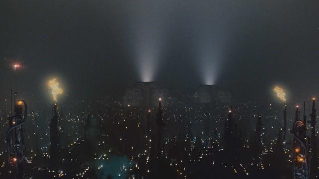 Skyskrapere og flammende tårn i Blade Runner (Foto: Warner Bros).