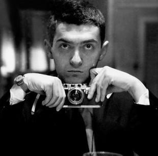 Ein ung Stanley Kubrick, då han framleis var fotograf i magasinet «Look» (Foto: Library of Congress, no i public domain).