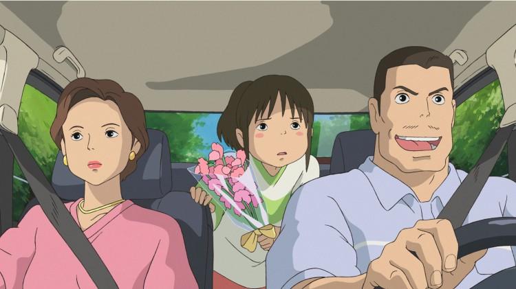 Chihiro og foreldrene kjører feil og havner i åndeverden i Chihiro og heksene. (Foto: Arthaus)