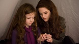 Mackenzie Foy og Kristen Stewart i The Twilight Saga: Breaking Dawn - Part 2 (Foto: Summit Entertainment).