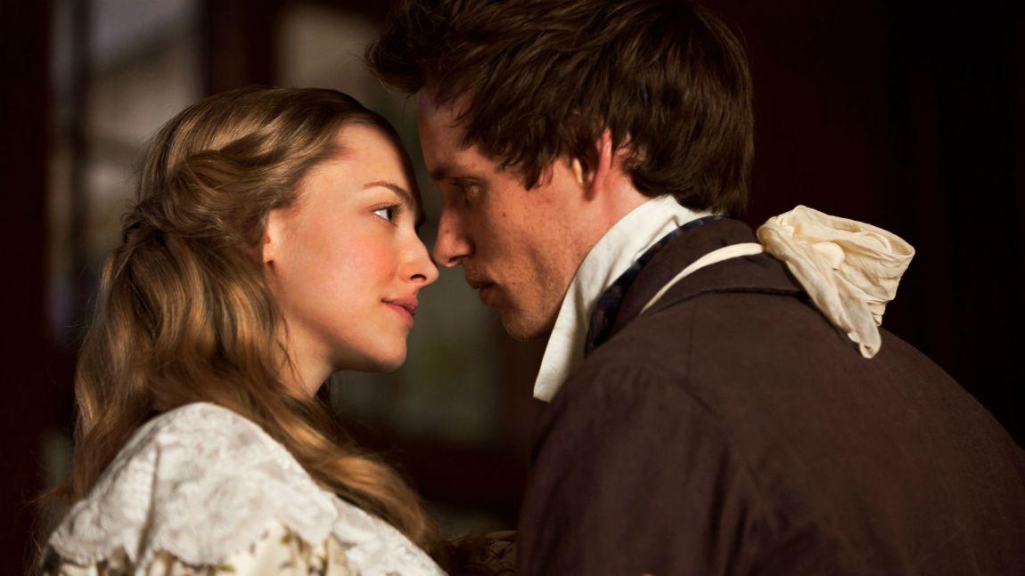 Amanda Seyfried som Cosette, og Eddie Redmayne som Marius. (Foto: United International Pictures).